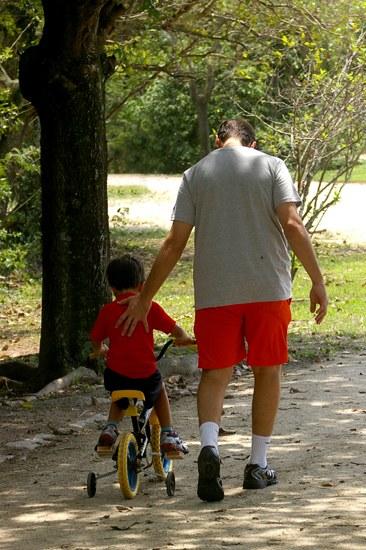 Pai e Filho Acompanhamento do pai ajuda a mãe partilhar responsabilidades fazendo com que nenhum dos dois sintam-se sobrecarregados Felipe Daniel Reis/SXC