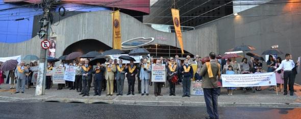 """Em frente do teatro """"Tomie Ohtake"""", na capital paulista, ato público de protesto contra a representação blasfema """"Jesus Cristo Superstar"""""""