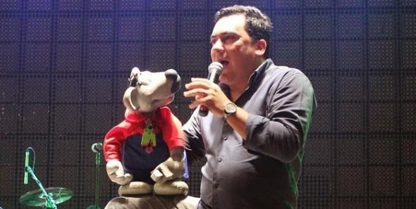 Eduardo Mascarenhas manipula Xaropinho em culto da Igreja Evangélica Missão Vida em Cristo