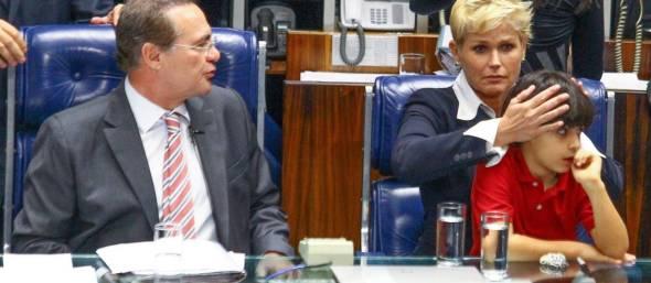 Protesto. Xuxa tapa os ouvidos de Enzo, neto do senador Renan Calheiros, durante discurso do senador Magno Malta, contrário à nova lei - André Coelho