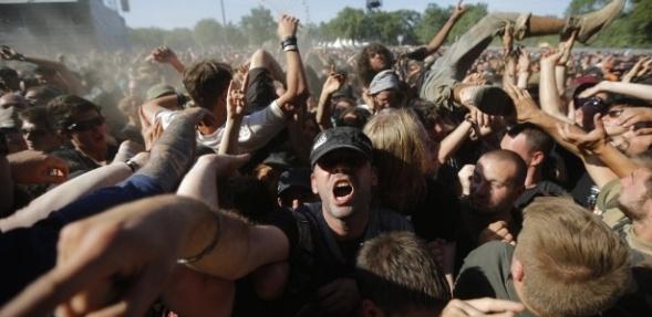 21jun2014---fas-de-heavy-metal-aproveitam-o-segundo-dia-do-hellfest-festival-de-musica-realizado-na-franca-neste-sabado-21-entre-as-atracoes-deste-ano-nomes-de-peso-como-iron-maiden-black-sabbath-1403400778223_615x300