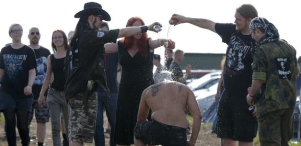 fa-de-heavy-metal-e-batizado-com-cerveja-durante-o-festival-de-heavy-metal-wacken-open-air-na-alemanha-1427152568469_615x300