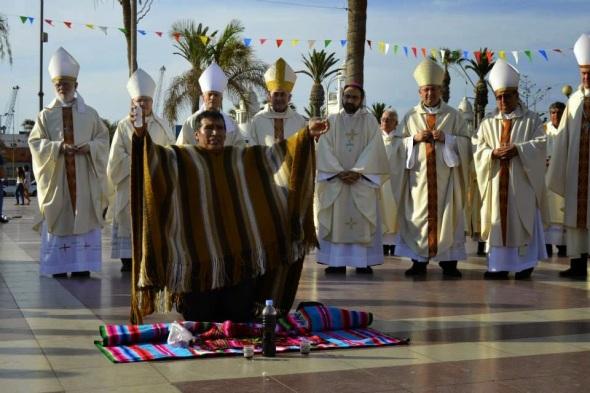 Um bruxo andino realiza uma oferenda às deidades Pachamama, Tata Inti e aos Malkus. Atrás dele, um grande número de bispos…