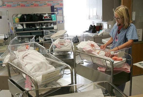 Enfermeira cuida de recém-nascidos em hospital de Jamestown, EUA. Na proposta ambientalista, esta profissão deverá ser vista com maus olhos.