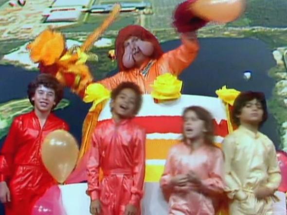 Fofão e crianças do programa 'Balão Mágico', entre elas a atriz Simony, na década de 1980 (Foto: Reprodução/TV Globo)